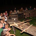 Zasedání rytířů u kulatého stolu. Na sobě po domácku vyrobené varkoče = kostýmy spolu s dětmi vlastno-ručně vyrobenými meči. Čekání na příchod Artuše a Merlina ke stolu.