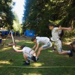 Disciplína skok do dálky (a trochu fotomontáže z více snímků, aby to bylo názornější). Skákající Paclák.