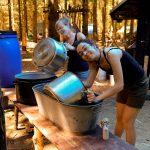 Služba za kuchyní ve schopných rukou vedení během zahájení tábora.