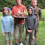 Jídelní etapová hra z tábora Rytíři kulatého stolu. Vítězná skupinka a jejich dílo před snězením.
