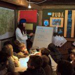 Zdravotnice Ivča vysvětluje dětem teorii k první pomoci.